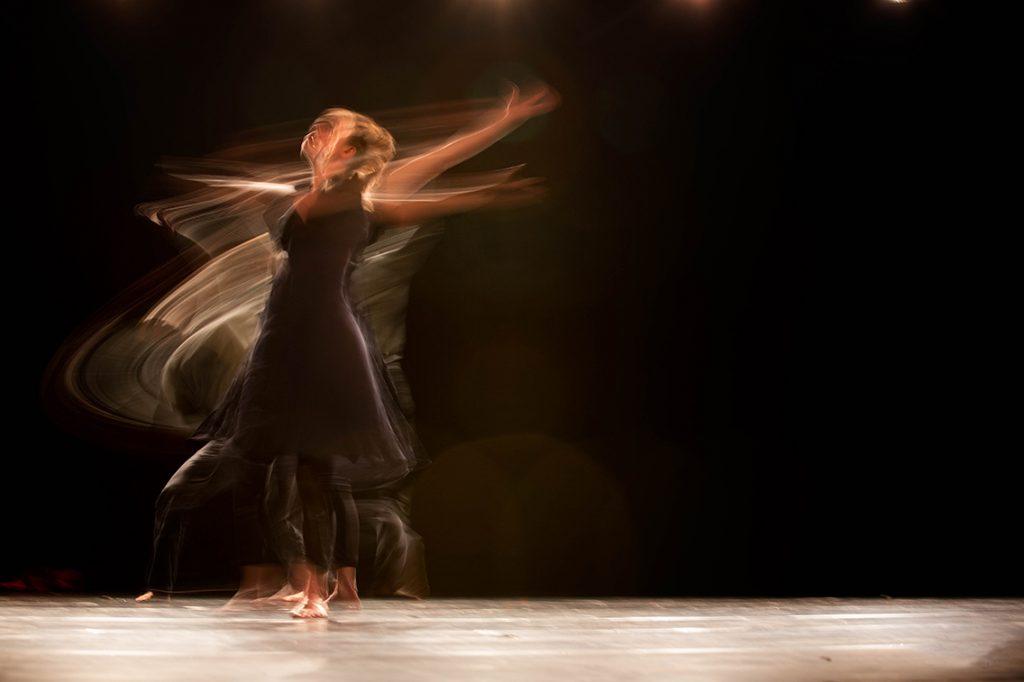 femeie dansand clar obscur fericire libertate bucurie iubire de viata